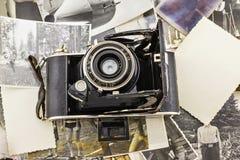 Rétro appareil-photo sur le fond de vieilles photos Photo stock