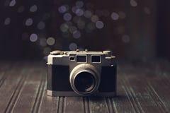 Rétro appareil-photo sur le fond rustique Photographie stock