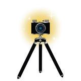 Rétro appareil-photo sur le trépied Photographie stock libre de droits