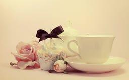 Rétro arrangement chic minable de thé d'après-midi ou de matin de style de vintage élégant avec le rétro filtre Photo libre de droits