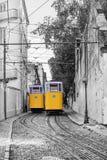 Rétro ascenseur de tram dans les rues de Lisbonne, Portugal photos stock