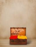 Rétro bagage de touristes avec les vêtements et le copyspace colorés Photographie stock libre de droits