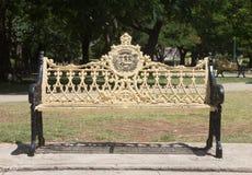 Rétro banc fleuri en John Lennon Park au Cuba Photo libre de droits