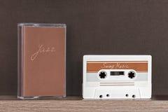 Rétro bande de cassette sonore avec la musique d'oscillation se tenant sur l'étagère photo libre de droits