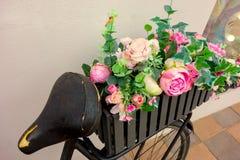 Rétro bicyclette comme décoration de parterre en dehors d'élément Séjours âgés noirs de vélo contre le mur avec deux paniers de j photo libre de droits