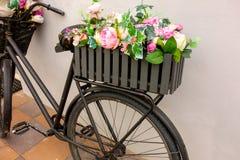 Rétro bicyclette comme décoration de parterre en dehors d'élément Séjours âgés noirs de vélo contre le mur avec deux paniers de j images libres de droits