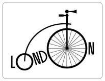 Rétro bicyclette de Londres avec une grande roue avant et le nom de la ville logo Vieille bicyclette de silhouette Photographie stock libre de droits