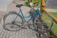 Rétro bicyclette de vieux vintage de l'URSS au ressort Photo de voyage Photographie stock libre de droits