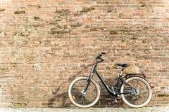 Rétro bicyclette noire de vintage avec le vieux mur de briques Photo libre de droits