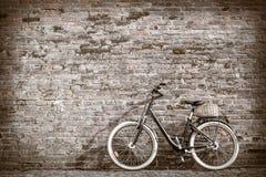 Rétro bicyclette noire de vintage avec le vieux mur de briques Images libres de droits
