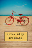 Rétro bicyclette rouge sur le beau fond de plage image libre de droits