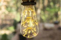 Rétro blanc chaud mené incandescent classique de lampe électrique sur le fond de tache floue, ampoule de cru photo libre de droits