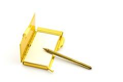 Rétro bloc-notes d'or et un crayon lecteur, d'isolement Photographie stock libre de droits
