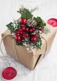 Rétro cadeau de Noël avec des ornements et des bougies rouges Image stock