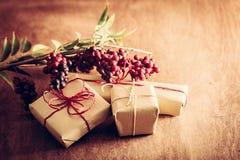 Rétro cadeau rustique, boîtes actuelles avec des décorations Temps de Noël, enveloppe de papier d'eco Photo stock