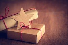 Rétro cadeau rustique, boîtes actuelles avec l'étiquette Temps de Noël, enveloppe de papier d'eco Images stock
