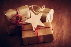 Rétro cadeau rustique, boîtes actuelles avec l'étiquette Temps de Noël, enveloppe de papier d'eco Image libre de droits
