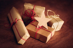Rétro cadeau rustique, boîtes actuelles avec l'étiquette Temps de Noël, enveloppe de papier d'eco Photos stock