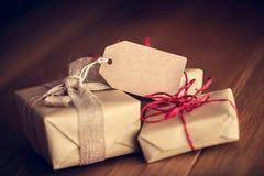 Rétro cadeau rustique, boîtes actuelles avec l'étiquette Temps de Noël, enveloppe de papier d'eco Photos libres de droits