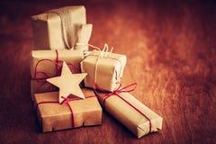 Rétro cadeau rustique, boîtes actuelles avec l'étiquette Temps de Noël, enveloppe de papier d'eco Image stock
