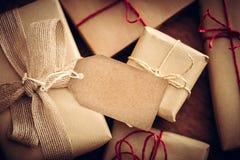Rétro cadeau rustique, boîtes actuelles avec l'étiquette Temps de Noël, enveloppe de papier d'eco Photographie stock libre de droits