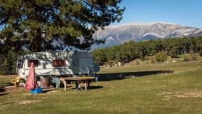 Rétro caravane sur le lac et la mer, été, campant Photo stock