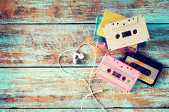 rétro cassette de bande avec la forme de coeur d'écouteur sur la table en bois Photos libres de droits
