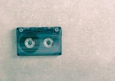 Rétro cassette sonore au-dessus de fond gris photos stock