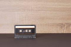 Rétro cassette sonore noire avec le label de papier rayé photographie stock