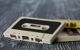 Rétro cassette sonore sur le fond en bois gris photo stock