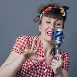 Rétro chanteur dans le studio avec l'artiste du spectacle 30s féminin Images stock