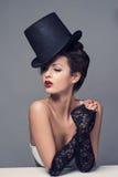 Rétro chapeau de cabaret de portrait de femme photographie stock libre de droits