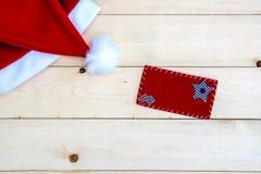 Rétro chapeau modifié la tonalité de Santa Claus sur en bois Photographie stock