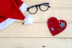 Rétro chapeau modifié la tonalité de Santa Claus sur en bois Photographie stock libre de droits