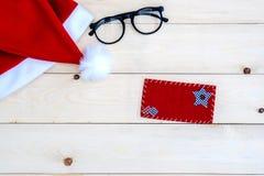 Rétro chapeau modifié la tonalité de Santa Claus sur en bois Image stock
