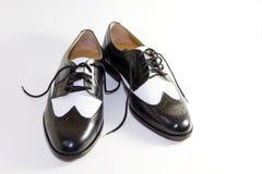 Rétro chaussures de robe en cuir noires et blanches des hommes Image stock