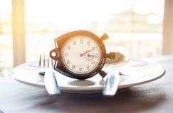 Rétro chronomètre pour mettre dessus le plat Perte de poids pour bon sain d photographie stock