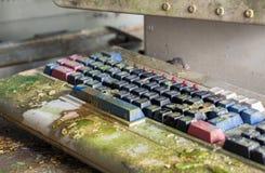 Rétro clavier d'ordinateur couvert de la mousse Foyer au centre du cadre Photographie stock
