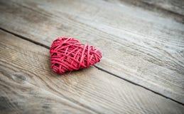 Rétro coeur fait main sur le fond en bois Image stock