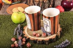 Rétro composition avec des tasses et des biscuits de thé sur la table Image stock