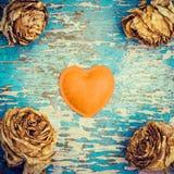 Rétro composition en style avec le coeur de feutre et les roses fanées Photo libre de droits