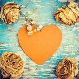 Rétro composition en style avec le coeur de feutre et les roses fanées Photos libres de droits