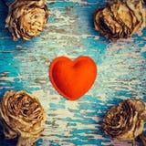 Rétro composition en style avec le coeur de feutre et les roses fanées Images libres de droits