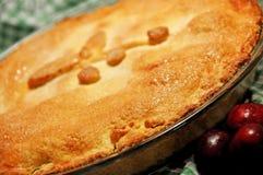 Rétro croûte d'or cuite au four à la maison brouillée de tarte aux cerises de fond Photos libres de droits