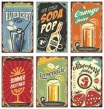 Rétro décor de mur avec des jus et des boissons réglés Photos stock