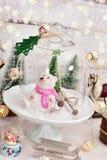 Rétro décoration de Noël de style avec la scène d'hiver dans le dôme en verre Images stock