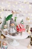 Rétro décoration de Noël de style avec la scène d'hiver dans le dôme en verre Photographie stock libre de droits
