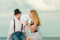 Rétro datation de style de couples affectueux sur la côte Photographie stock