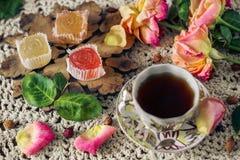 Rétro dessert délicieux et coloré de confiture d'oranges et une tasse de thé de hanche rose Photographie stock