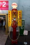 Rétro distributeur de carburant par le milieu de Shell de 20 - 30 ans du siècle dernier ` d'Iron Maiden de ` de surnom Images stock
